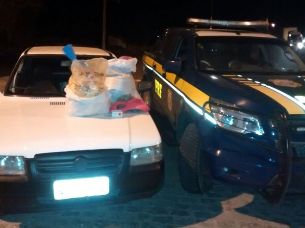 Suspeito transportava explosivos dentro de carro e tentou fugir da PRF (Foto: Manoel Neto/PRF)