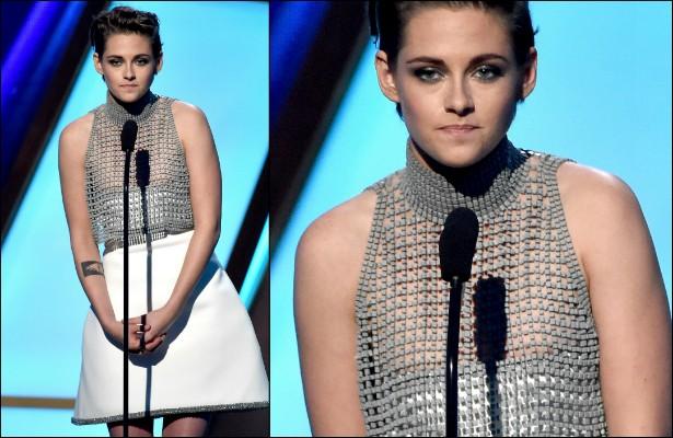 Ok, é preciso se esforçar para entrever os mamilos de Kristen Stewart sob esta curiosa peça de roupa. Ainda assim, a imprensa pegou no pé da atriz, afinal, ela estava em pleno palco do Hollywood Film Awards, realizado em novembro. (Foto: Getty Images)
