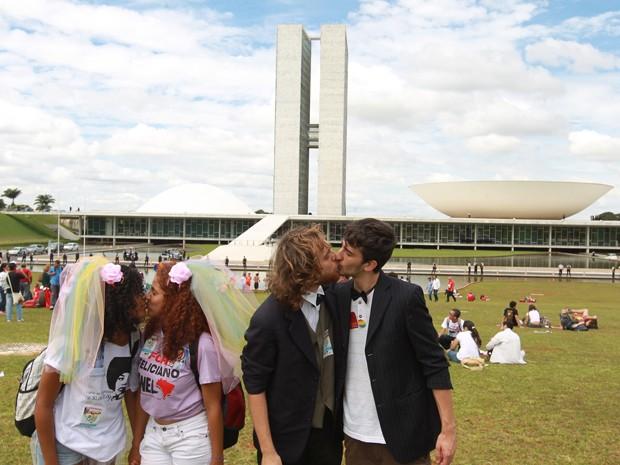 Casais homossexuais se beijam no gramado em frente ao Congresso em protesto contra a presença do deputado Marco Feliciano na presidência da Comissão de Direitos Humanos da Câmara (Foto: Ed Ferreira / Agência Estado)