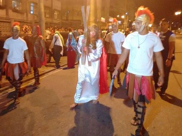 Tradicional via sacra que acontece no conjunto de favelas do Alemão na Sexta-feira da Paixão (Foto: Jornal Voz  da Comunidade)