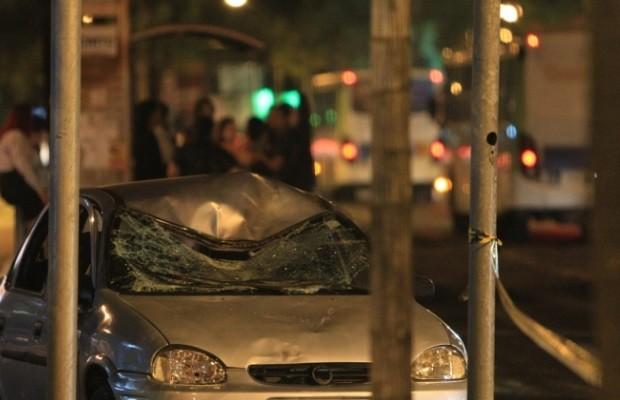 Carro atropela duas pessoas no Setor Sul, em Goiânia (Foto: Renato Conde/ O Popular)
