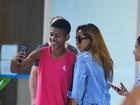 Sabrina Sato, com look jeans, distribui selfies no aeroporto