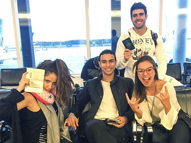 Amanda de Godoi, Sergio Malheiros, Juliano Laham e Laryssa Ayres em aeroporto rumo aos Estados Unidos (Foto: Instagram/ Reprodução)