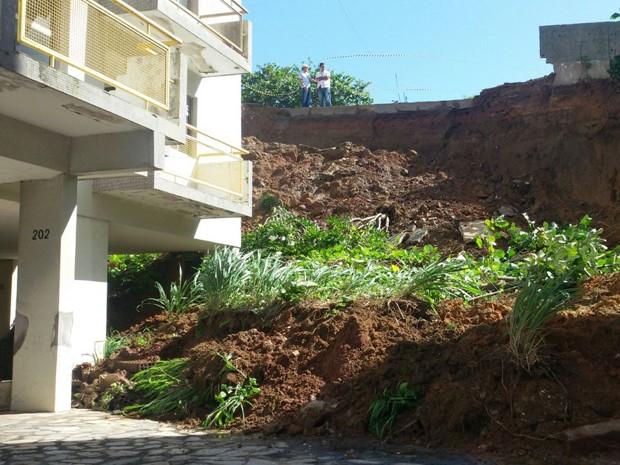 Terra cedeu na R. Manoel Cândido Leite e atingiu garagens dos prédios da Av. Min. José Américo de Almeida (Foto: Francisco França/Jornal da Paraíba)