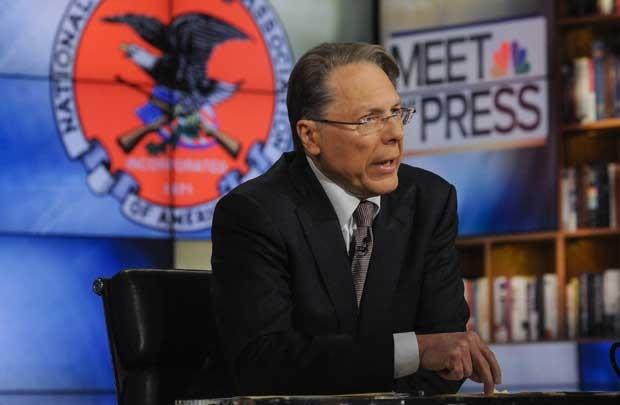 Wayne LaPierre, Vice-presidente da Associação Nacional de Rifles (NRA, na sigla em inglês), fala à imprensa neste domingo (23) (Foto: Reuters)