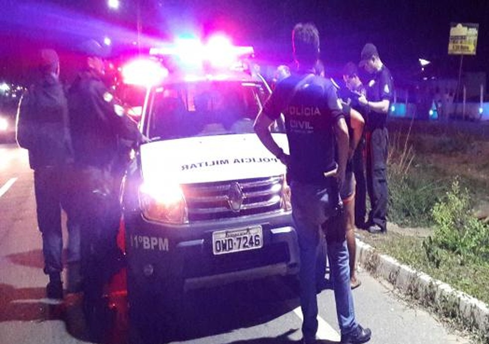 Casal foi morto a tiros na noite desta segunda-feira (19) (Foto: Sérgio Costa/Portal BO )