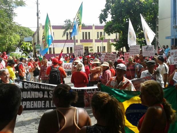 Manifestantes se concentram em frente à câmara de Cajazeiras nesta quinta-feira (31) (Foto: Felipe Valetim/TV Paraíba)