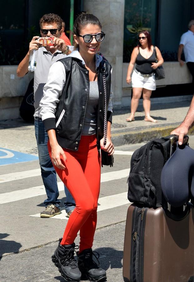 Estilosa, Paula Fernandes desembarca no Rio e distribui sorrisos