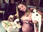 Grávida, Debby Lagranha mostra barrigão abraçada com cachorros