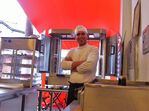O sírio Eyad Abuharb tem 25 anos e abriu o restaurante Ogarett no Brás, em São Paulo (Foto: Paula Paiva Paulo/G1)