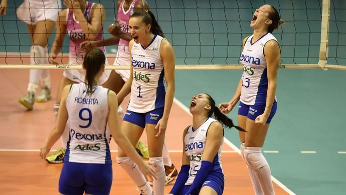 Carol grita de felicidade após fazer o ponto da vitória do Rio de Janeiro sobre o Osasco pelas semifinais da Superliga Feminina de Vôlei (Foto: André Durão)