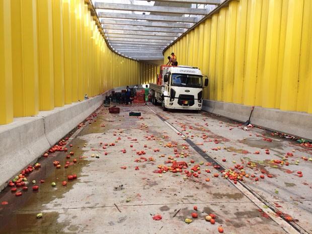 Tomates ficaram espalhados na pista e via foi fechada (Foto: Matheus Magalhães/Inter TV Cabugi)