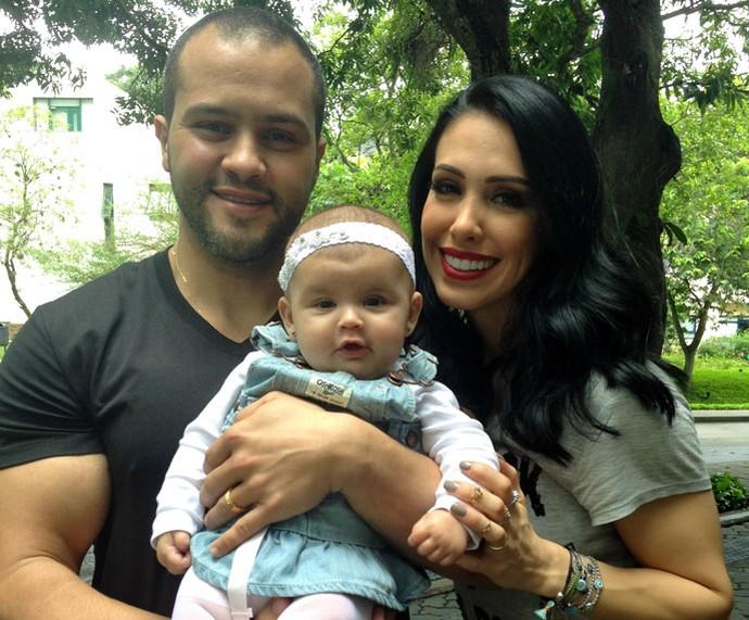 Bella com o marido, o empresário Ricardo Rocha e a filha do casal: Victoria (Foto: Carolina Morgado/Gshow)