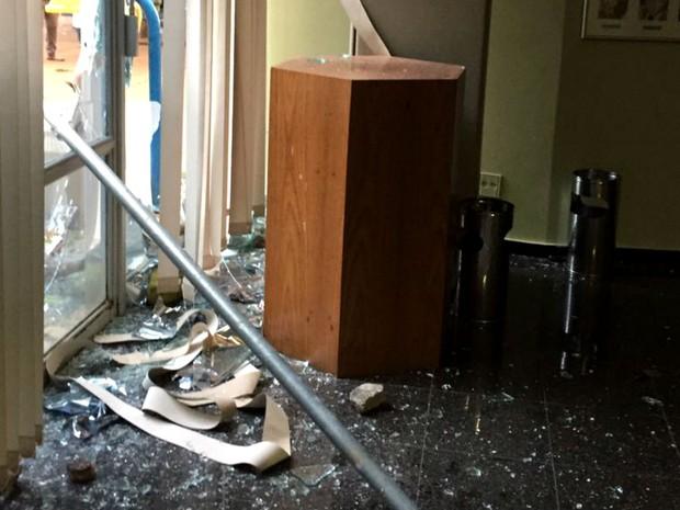Vidraças e cortinas quebradas no Ministério da Educação, em Brasília, após ato contra o teto de gastos (Foto: MEC/Divulgação)