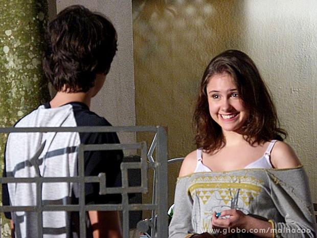 Clara confessa que achou a serenata muito fofa e topa namorar (Foto: Malhação / TV Globo)