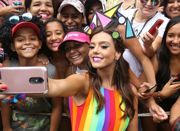 Giovanna Lancellotti faz selfies com fãs (Foto: AgNews)