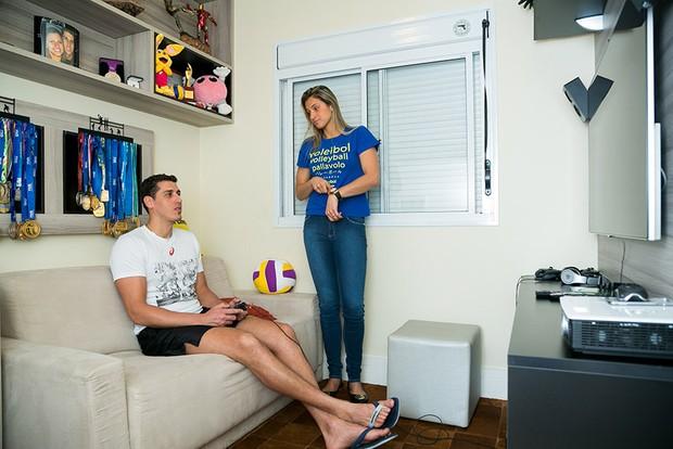 Os jogadores de vôlei Dani Lins e Sidão mostram decoração do apartamento em São Paulo (Foto: Caio Guimarães / EGO)