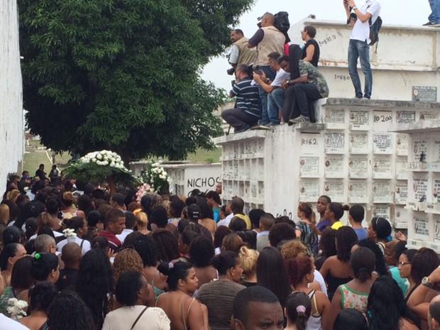 Parentes e amigos no enterro de Ryan (Foto: Káthia Mello/G1)