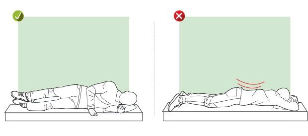 Dormir Durma em cima de um dos lados do corpo, com um travesseiro sob a cabeça e outro entre os joelhos. Assim você preserva o alinhamento da coluna. (Foto: Editora Globo)