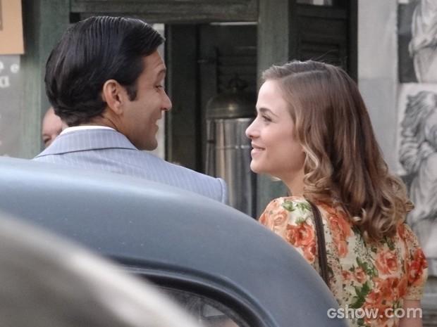 Hilda e Aderbal passeiam juntos, com a maior intimidade (Foto: Joia Rara/TV Globo)