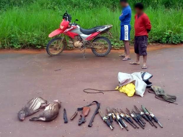 Uma espingarda, doze armas caseiras e dois animais mortos foram encontrados (Foto: PRF em Santarém/Divulgação)