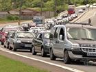 Motorista enfrenta tráfego intenso na Rodovia Mogi-Bertioga sentido Mogi