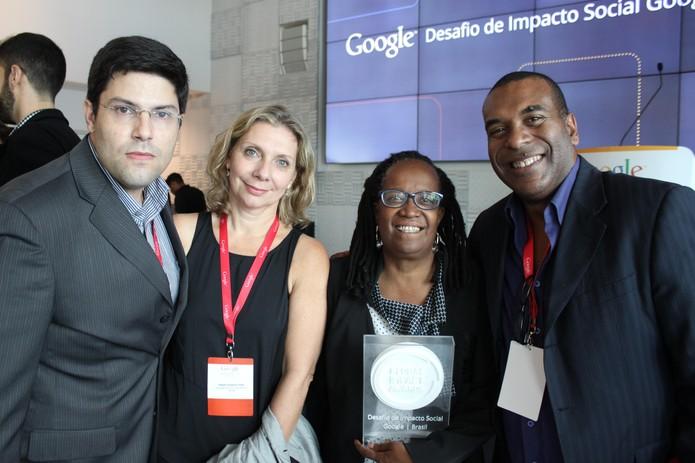 Equipe do Geledés Instituto da Mulher Negra exibe premiaçao. A ONG foi vencedora por votaçao online (Foto: Divulgaçao/Google Brasil)