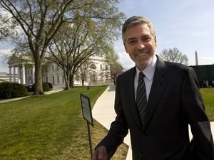 O ator George Clooney ao deixar a Casa Branca, em Washington, após encontro com Obama, nesta quinta (15) (Foto: Pablo Martinez Monsivais / AP)