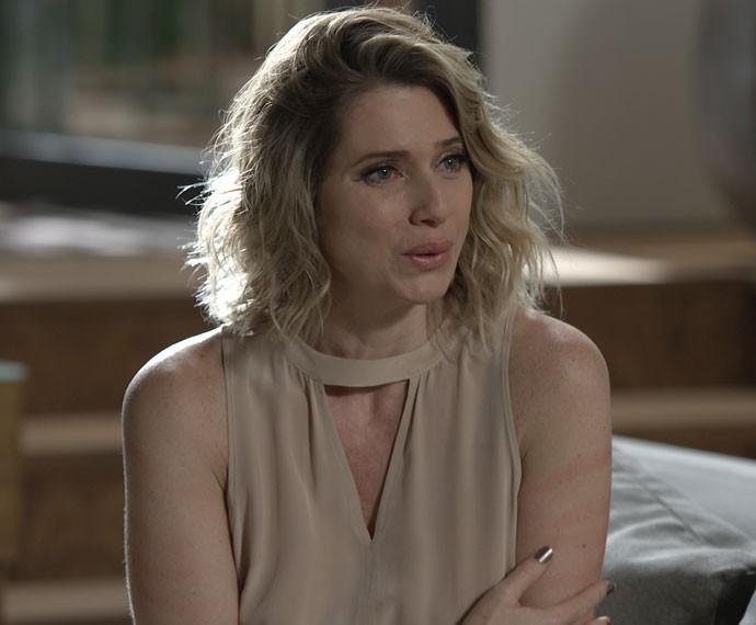 Soraya finge ter sido agarrada por Grego e conta para Margot (Foto: TV Globo)
