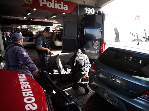 Policiais de Gate com suposto artefato no Terminal Tietê, na Zona Norte de SP (Foto: Mário Ângelo/Estadão Conteúdo )