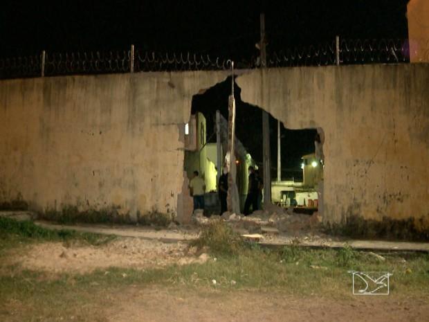 Buraco aberto por caminhão no CDP de Pedrinhas (Foto: Reprodução / TV Mirante)
