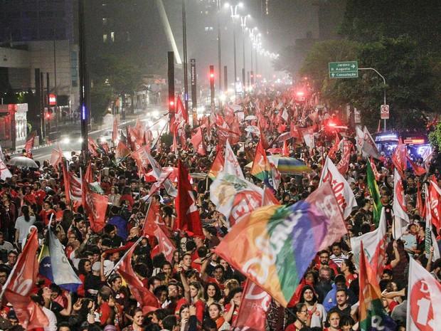 Eleitores de Dilma Rousseff ocupam via da Avenida Paulista, em São Paulo, celebrando a reeleição (Foto: Miguel Schincariol/AFP)