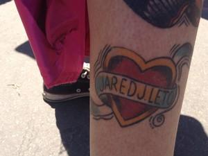 A paulista Cristina Paiva, 25, tem sete tatuagens no corpo em homenagem ao 30 Seconds to Mars. Uma delas fica no tornozelo e é em homenagem ao vocalista Jared Leto, que também é ator (Foto: Tássia Thum/G1)