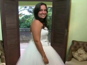 Professora experimenta seu vestido de 15 anos (Foto: Sangue Bom/ TV Globo)