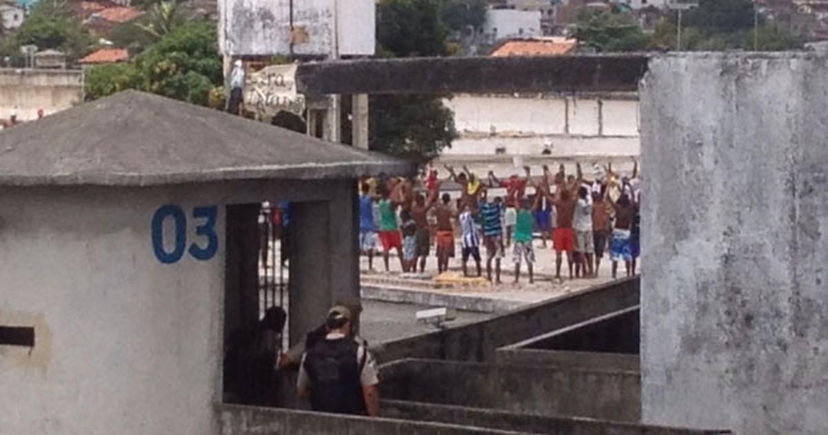 Detentos ocupam laje de presídio no Complexo do Curado, no Recife - Globo.com