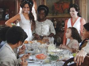 Isabel recebe crianças (Foto: Lado a Lado/TV Globo)