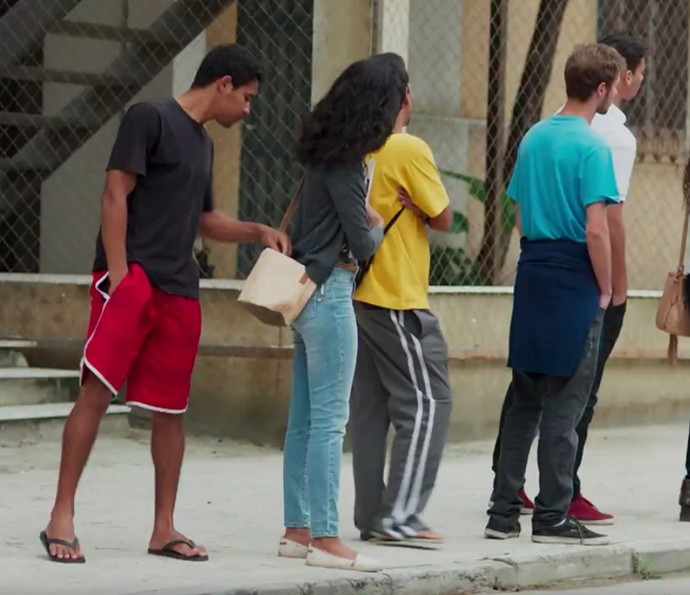 Joana se distrai e tem carteira furtada (Foto: TV Globo)