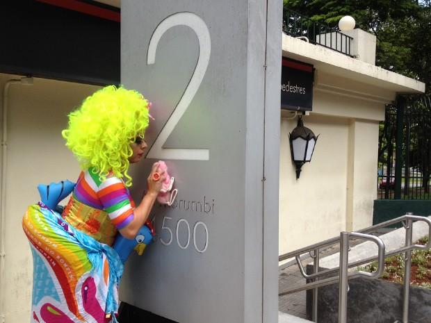 Tchaka limpa totem na entrada do Palácio dos Bandeirantes (Foto: Letícia Macedo/ G1)