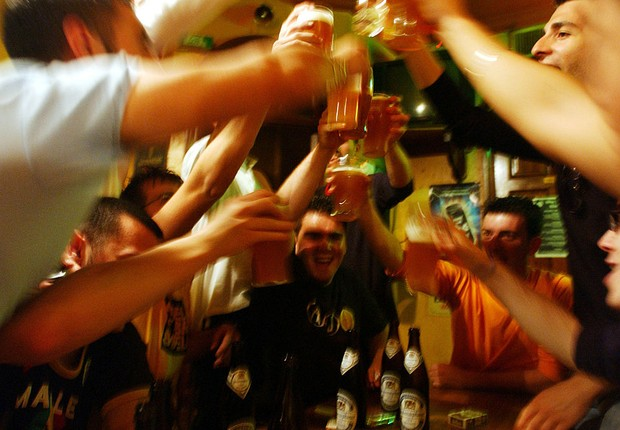 Cerveja: brinde no bar entre amigos (Foto: Marco Di Lauro/Getty Images)