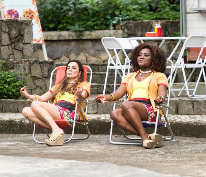 """As irmãs Giussandra e Soninja comandam a barraca """"As Cachorras Quentes"""" (Foto: Globo/João Miguel Júnior)"""