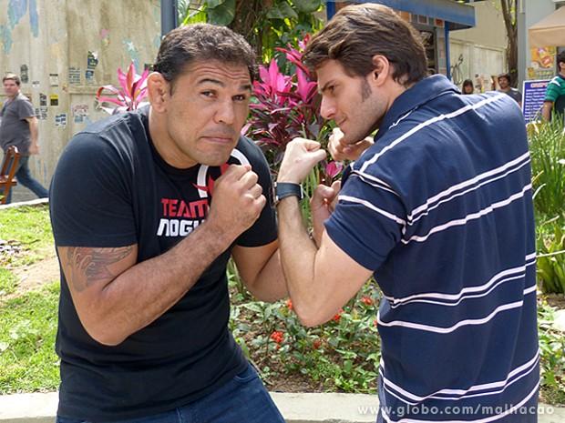 Minotauro brinca e finge que está com medo do adversário, o ator Hugo Bonemer (Foto: Malhação / TV Globo)