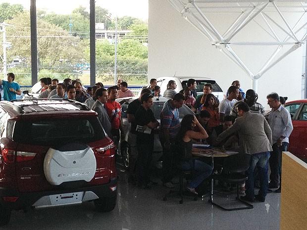 Clientes fizeram uma fila dentro da loja para deixar registrado seus dados e formalizar a denúncia coletiva.  (Foto: Maiana Belo / G1)