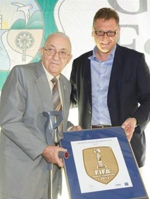 Brasil recebe o escudo da Fifa de campeão mundial de futsal (Foto: Getty Images/Fifa)