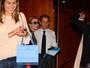 Nicolas Sarkozy é tietado por fãs em caminho para show de Carla Bruni