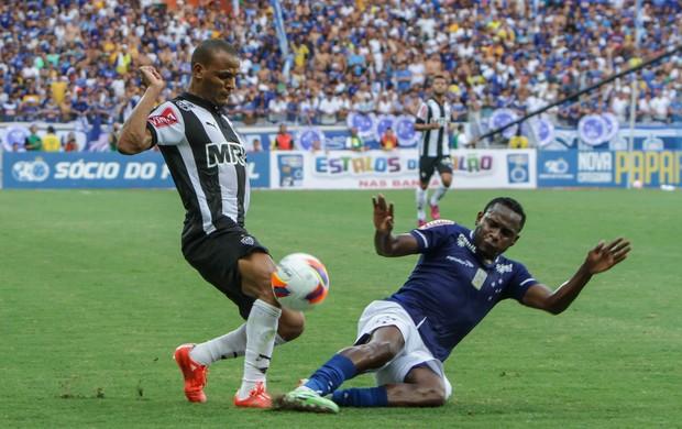 Patric e Willians, no clássico entre Cruzeiro e Atlético-MG
