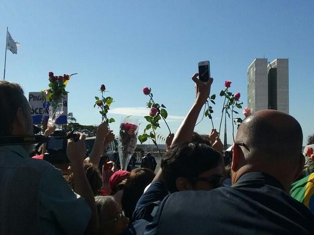 Manifestantes contrários ao impeachment reunidos em frente ao Congresso Nacional (Foto: Beatriz Pataro/G1)