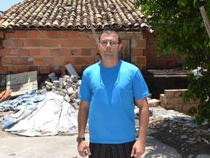 thiago diz que violência ainda é uma realidade no bairro (Foto: Tássio Andrade/G1)