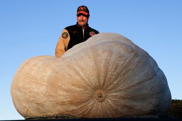 John Hawkley com sua abóbora de 933 quilos (Foto: Alex Washburn/AP)