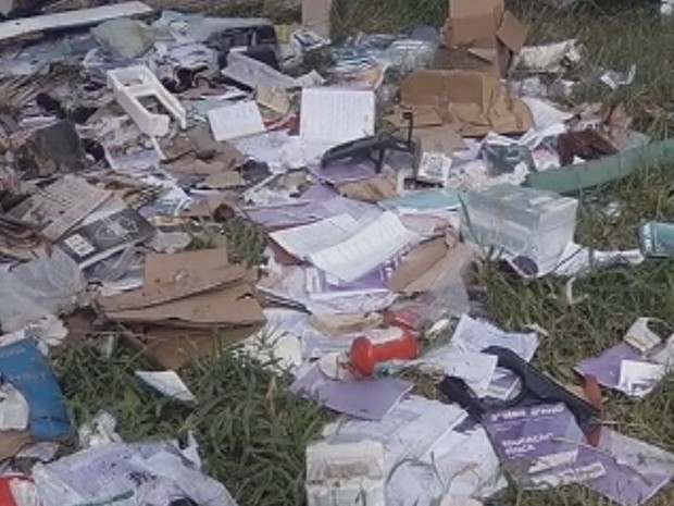 Livros atualizados foram jogados no terreno  (Foto: Reprodução / TV TEM)