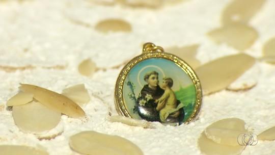 Com direito a medalha de Santo Antônio, confeiteiro ensina receita do 'Bolo Casamenteiro'